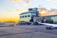 Aéroport Francfort et terminal 2 dans le coucher du soleil Image libre de droits