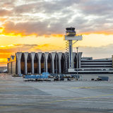 Aéroport Francfort et terminal 2 dans le coucher du soleil Photo stock