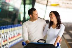 Aéroport heureux de couples Images stock
