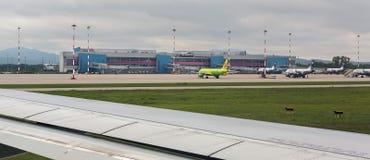 Aéroport international dans la ville de Vladivostok Vue de la piste Image libre de droits
