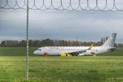 AÉROPORT INTERNATIONAL DE BIRMINGHAM, BIRMINGHAM, ROYAUME-UNI - 28 OCTOBRE 2017 : atterrissage plat dans l'aérodrome entouré par Photos libres de droits