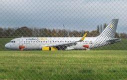 AÉROPORT INTERNATIONAL DE BIRMINGHAM, BIRMINGHAM, ROYAUME-UNI - 28 OCTOBRE 2017 : atterrissage plat dans l'aérodrome entouré par Photos stock