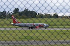 AÉROPORT INTERNATIONAL DE BIRMINGHAM, BIRMINGHAM, ROYAUME-UNI - 28 OCTOBRE 2017 : atterrissage plat dans l'aérodrome entouré par Photographie stock libre de droits