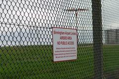 AÉROPORT INTERNATIONAL DE BIRMINGHAM, BIRMINGHAM, ROYAUME-UNI - 28 OCTOBRE 2017 : barrière sorrounding l'aérodrome avec Photos libres de droits