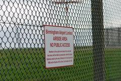 AÉROPORT INTERNATIONAL DE BIRMINGHAM, BIRMINGHAM, ROYAUME-UNI - 28 OCTOBRE 2017 : barrière sorrounding l'aérodrome avec Image libre de droits