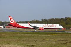 Aéroport international de Francfort - Airbus A321 d'Air Berlin décolle Photo stock