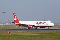 Aéroport international de Francfort - Airbus A321 d'Air Berlin décolle Photos stock