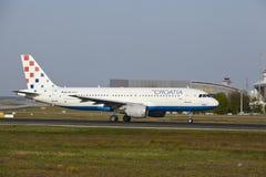 Aéroport international de Francfort - Airbus A320 de Croatia Airlines décolle Images stock