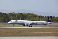 Aéroport international de Francfort - Airbus A321 de Lufthansa débarque Photographie stock libre de droits