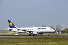 Aéroport international de Francfort - Airbus A320 de Lufthansa décolle Photos libres de droits