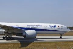 Aéroport international de Francfort - Boeing 777 d'All Nippon Airways débarque Photographie stock libre de droits