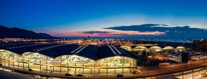 Aéroport international de Hong Kong au crépuscule Image libre de droits