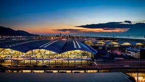 Aéroport international de Hong Kong au crépuscule Photos stock