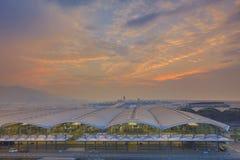 Aéroport international de Hong Kong la nuit Photo stock