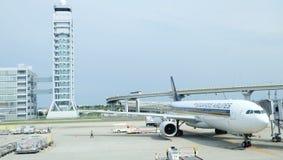 Aéroport international de Kansai avec Singapore Airlines Photographie stock
