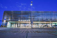Aéroport international de Kaunas la nuit, Lithuanie Images libres de droits