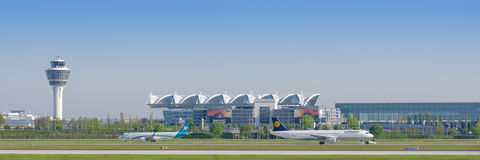 Aéroport international de Munich avec la tour de terminal pour passagers et de contrôle de la circulation Photo stock