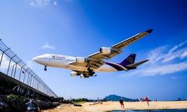 Aéroport international de Phuket d'atterrissage Images stock