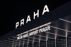 Aéroport international de vue de nuit à Prague, République Tchèque Photographie stock libre de droits