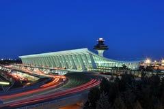 Aéroport international de Washington Dulles au crépuscule Image stock
