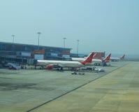 Aéroport international le bâtiment et les avions Images stock
