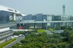 Aéroport international le bâtiment et les avions Photographie stock libre de droits