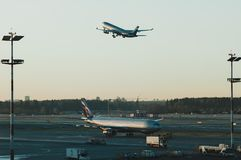 Aéroport, l'avion sur le décollage, avions au beau coucher du soleil Photo stock
