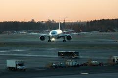 Aéroport, l'avion sur le décollage, avions au beau coucher du soleil Photos stock