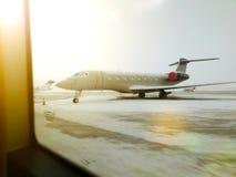 Aéroport, l'avion sur le décollage, paysage au coucher du soleil Aile de plan rapproché plat photos stock