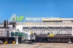 Aéroport Lisbonne après le débarquement - vue de fenêtre de tour/de voie de base Images stock