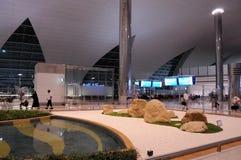 Aéroport moderne de Dubaï Intérieur moderne de style avec les constructions en métal et les un bon nombre brillants de lumière Photo libre de droits