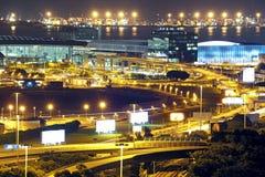 Aéroport moderne de nuit de ville Photo stock
