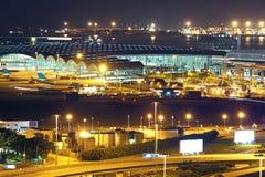 Aéroport moderne de nuit de ville Image stock