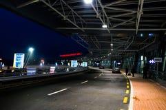 Aéroport national Minsk Région de départ et de baiser et de mouche Autobus Sto Image libre de droits