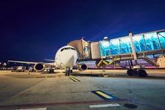 Aéroport occupé après coucher du soleil Photographie stock