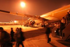 Aéroport occupé de nuit. Passangers de hâte. Photos stock