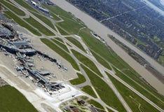 Aéroport par la ville Photographie stock libre de droits