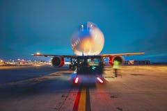 Aéroport pendant la nuit Photographie stock