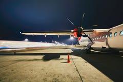 Aéroport pendant la nuit Photo stock