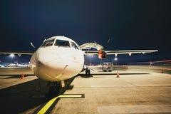 Aéroport pendant la nuit Images stock