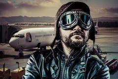 Aéroport, pilote de fierté avec la veste en cuir noire Photos libres de droits