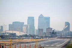 Aéroport plat de ville de décollage Londres Photographie stock libre de droits