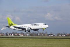 Aéroport Schiphol d'Amsterdam - aérez Boeing baltique 737 terres Photographie stock libre de droits