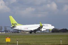 Aéroport Schiphol d'Amsterdam - aérez Boeing baltique 737 terres Photographie stock