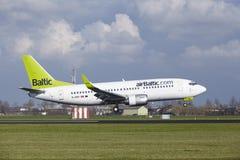 Aéroport Schiphol d'Amsterdam - aérez Boeing baltique 737 terres Photos libres de droits