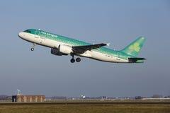 Aéroport Schiphol d'Amsterdam - Aer Lingus Airbus A320 décolle Photographie stock libre de droits