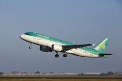 Aéroport Schiphol d'Amsterdam - Aer Lingus Airbus A320 décolle Images libres de droits