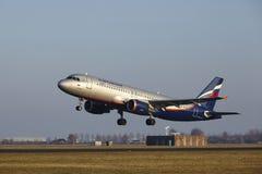 Aéroport Schiphol d'Amsterdam - Aeroflot Airbus A320 décolle Image stock