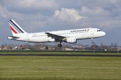 Aéroport Schiphol d'Amsterdam - Air France Airbus A320 débarque Photo stock