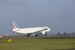 Aéroport Schiphol d'Amsterdam - Air France Airbus A321 débarque Photos stock